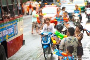 110420_songkran_water_fight_bus_festival_street_bangkok_attack_img_9616