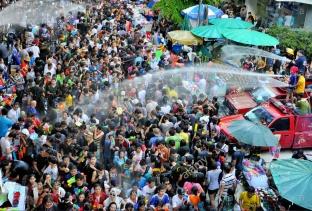 songkran-festival-water-festival-in-silom-bangkok-demcxg